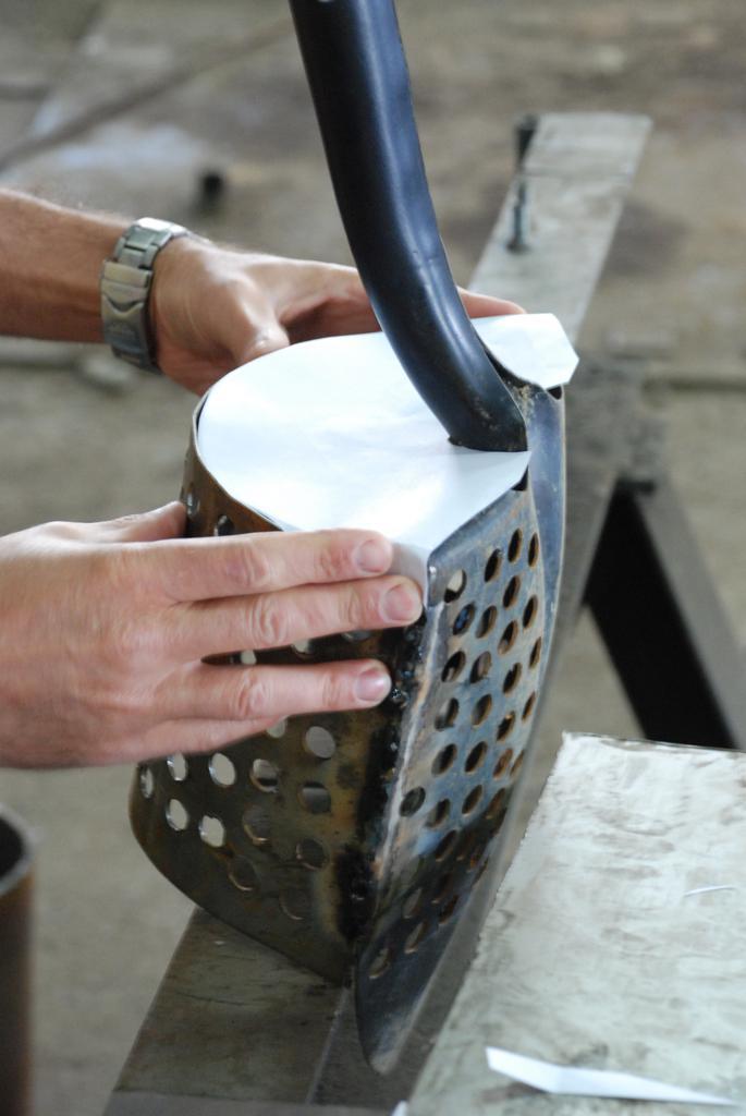 Приварили верх, делаем шаблон из бумаги для задника. Задник делаем из тогоже профиля с дырками.