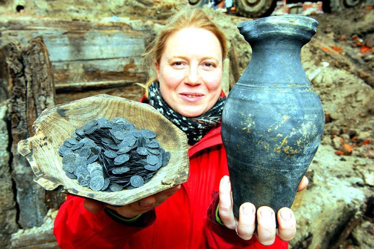 В выгребной яме нашли 2000 серебряных монет и другие интересные находки