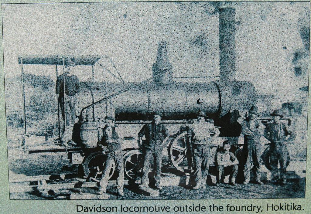 6-7 паровоз Davidson locomotive полноприводный стоит прямо у тарассы Новая Зеландия