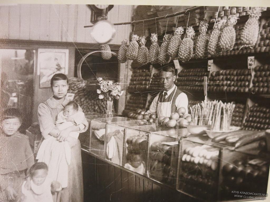 27-07 В лавке, как в современном супермаркете ананасы, фрукты-овощи, лопаты, керосин, соль, спички всё, что может понадобится клиенту, только заходи, дорогой, покупай