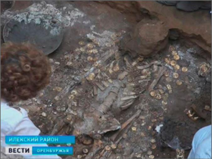 В разграбленных археологами курганах археологи нашли золото.