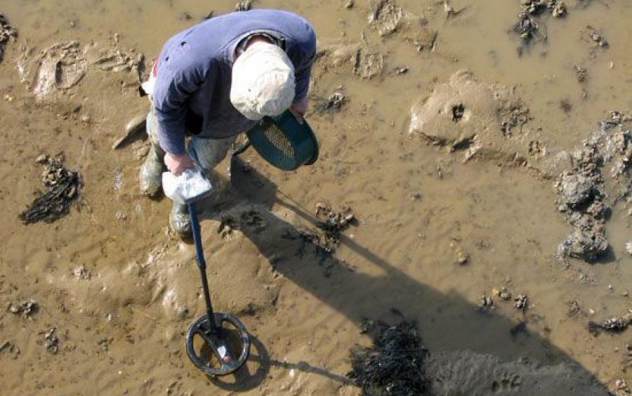 археолог с металлоискателем