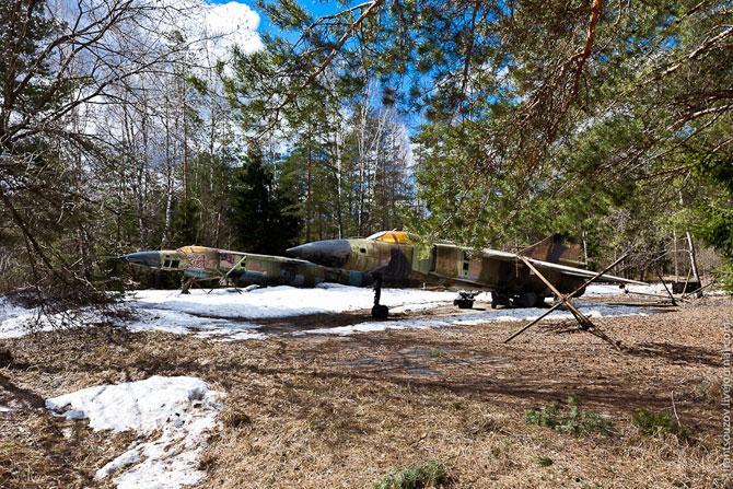 Заброшенная военная техника посреди леса за МКАД Самолеты, другой ракурс