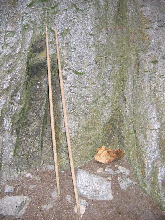 В пещере Горомын Агы найдены деревянные посохи с рукоятью из кости. Рукоятки сделаны из тонкой костяной пластины и вклеены в основание. Высота посохов доходит примерно до плеча взрослому человеку. - Пещера Горомын Агы конц января 2007 года Окинский район Бурятии
