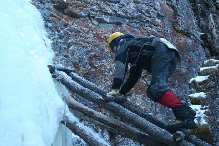 Зимой все покрыто льдом. Чтобы проникнуть в пещеру Горомын Агы нужно преодолеть замерзший водопад высотой метров десять. - Окинский район Бурятии январь 2007